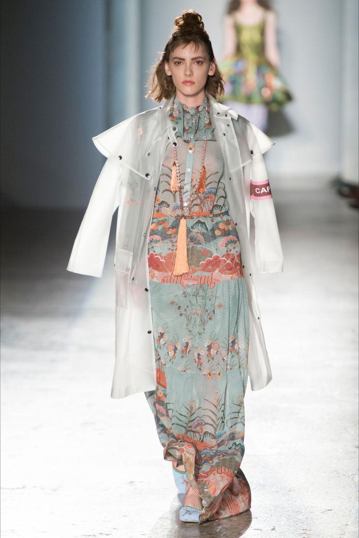 Guarda la sfilata di moda Stella Jean a Milano e scopri la collezione di abiti e accessori per la stagione Collezioni Primavera Estate 2017.
