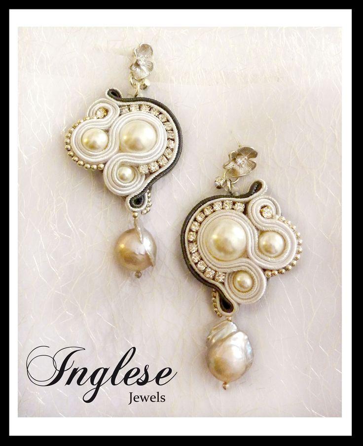 """New Collection: """"Baroque Pearls"""". Orecchini cuciti a mano, composti interamente da Perle Swarovski e protagoniste sono due bellissime Perle Barocche dai colori iridescenti. Perni al lobo in argento con Zircone centrale."""