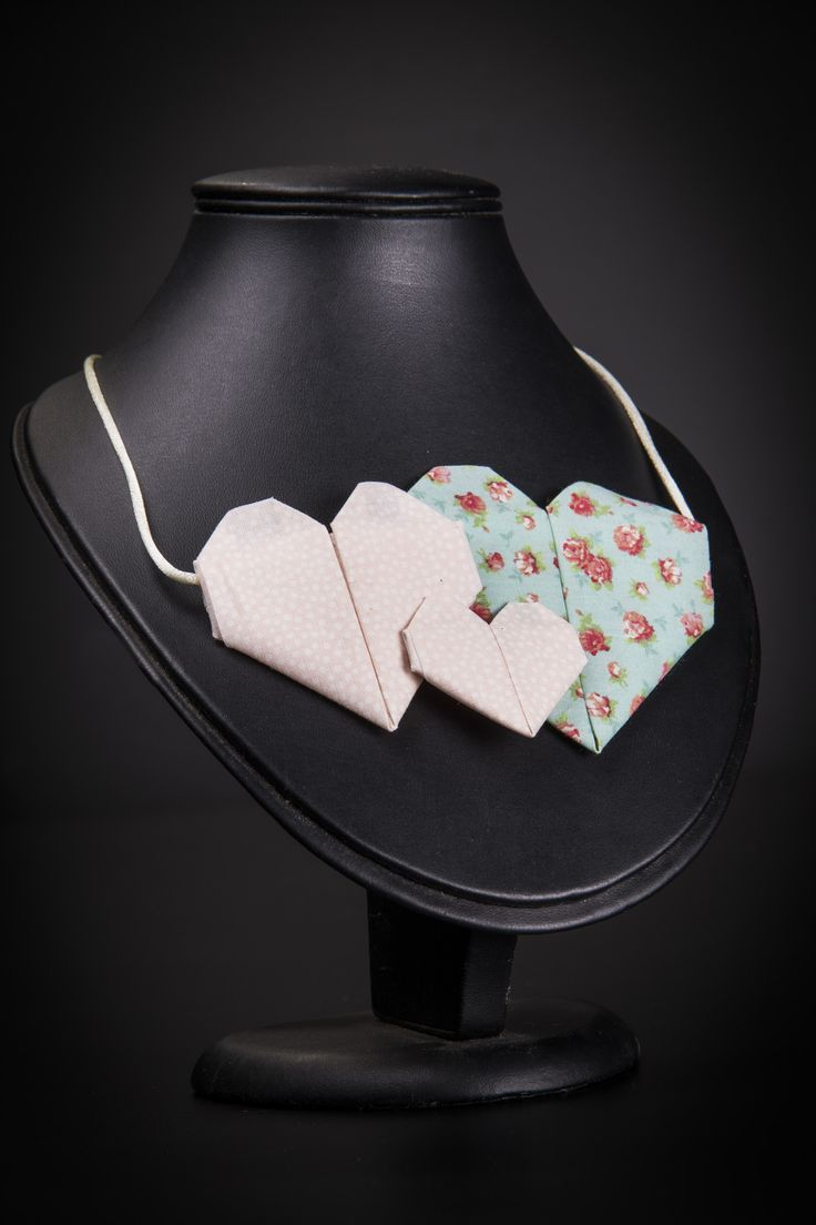 Aprenda a fazer lindas joias em tecido de origami! Um lindo trabalho de artesanato.