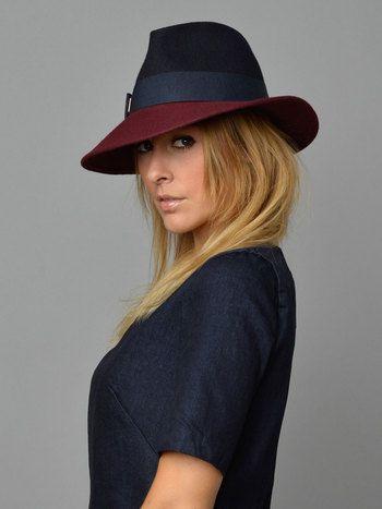 Top of Your Game - Designed by This is Lily Blauwe, wollen hoed met bordeaux rand. Strak gevormde hoed gemaakt van 2 verschillende kleuren wol/vilt. De hoed heeft een strakke, schuin gesneden rand en behoudt mooi zijn vorm. De bovenkant is donkerblauw en de rand is bordeaux. Materiaal: 100% Wool Handmade in Italië