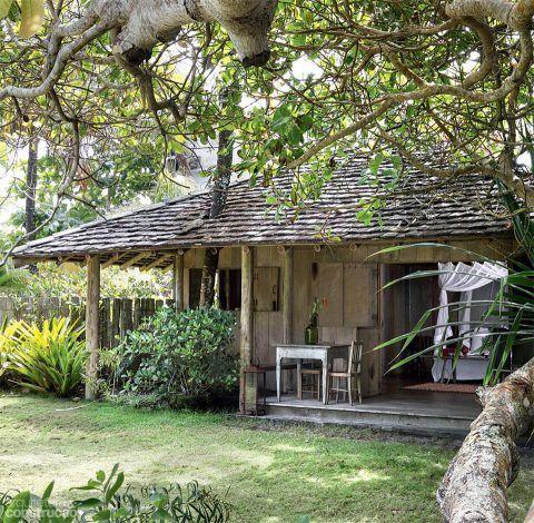 Isolada do corpo principal da casa, a suíte aproveita o melhor do lote de 5 mil m²: fca perto da praia e diante de um grande cajueiro – presença inequívoca na paisagem tropical. Projeto da arquiteta Camila Toledo.