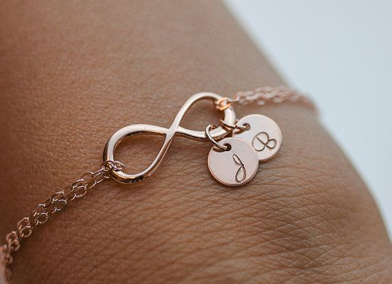 Personalisierte Infinity Armband. Initialen Roségold-Armband.