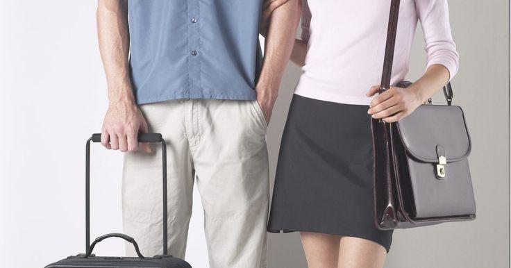 Cómo reemplazar las ruedas en una maleta Samsonite. Las maletas Samsonite tienen varios tamaños, formas y materiales. Entre las ofertas de la compañía se encuentran las maletas con ruedas y los bolsos diseñados para rodar a través de aeropuertos y vestíbulos bulliciosos de hotel. Las ruedas de maletas en algunos de las bolsos de la compañía están hechas del mismo material que las ruedas de patín en ...