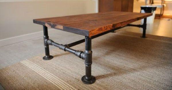 Kreatívny DIY nápad na krásny industriálny stolík do obývačky z dreva a kovových trubiek. Handmade inšpirácia nakonferenčný stolík v industriálnom štýle