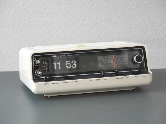 Des années 70 original très bien conservé un grand nombre de radios de vannes de Copal dans un boîtier en plastique blanc. Dans un état absolu rare entièrement fonctionnel du collecteur. Radio FM / AM fonction. Originales que tous les boutons et touches entièrement et fonctionnent parfaitement. Vous réveiller avec fonction radio ou alarme (buzzer). Minuteur (snooze) vers le haut à 60 minutes. Aucune éraflure du contrôleur. Horloge est exactement et est éclairé par une lumière orange en ...