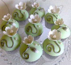 fondant with gum paste flower (use any pre-made deco as well over simple smooth fondant)Beautiful Cupcakes, Cupcakes Design, Flower Cupcakes, Elegant Cupcakes, Creative Cupcakes, Elegant Cake, Green Cupcakes, Delicate Flower, Cupcakes Fun