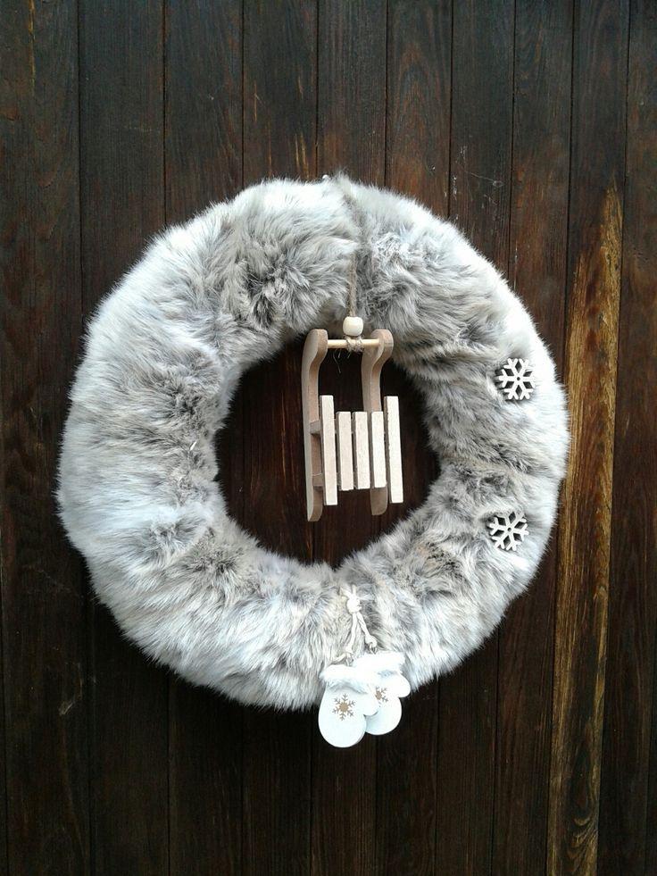 Zimní+věnec+Zimní+věnec.+Celková+velikost+35cm.+Věnec+je+udělán+z+umělé+kožešiny+šedobílé+barvy+s+hnědym+odstínem.
