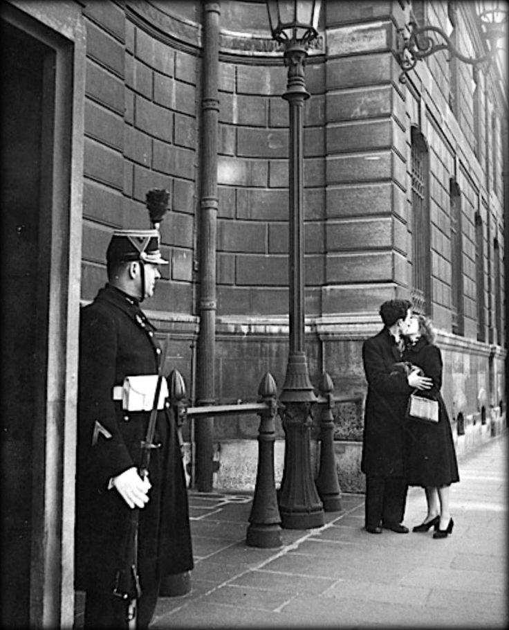 """Paris (1950s) """"Le Baiser"""" by Robert Doisneau"""