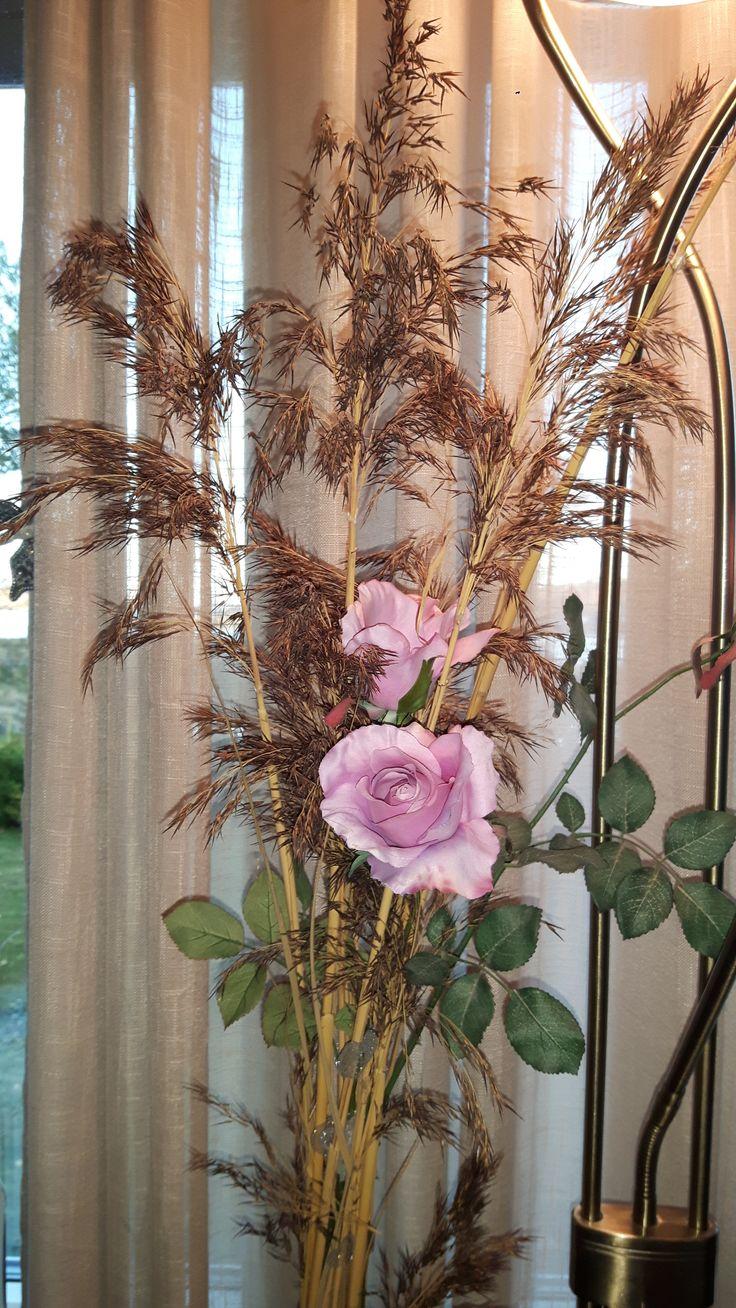 Roser, strå , gardiner og lampe