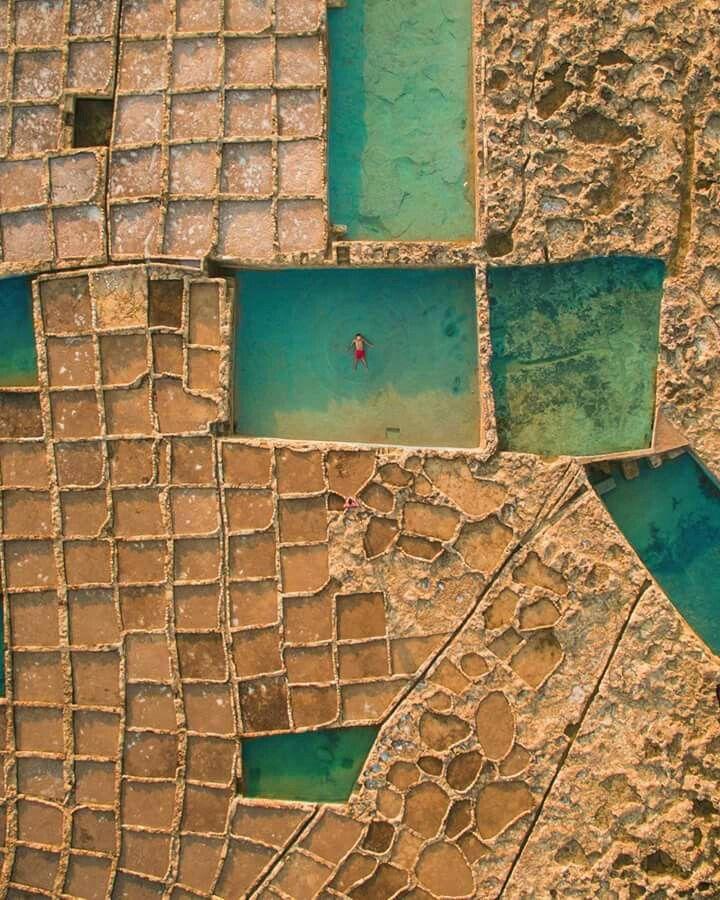 Le antiche saline di epoca romana di Xwejni, sull'isola di Gozo, in uno scatto che ci lascia senza parole.. Malta