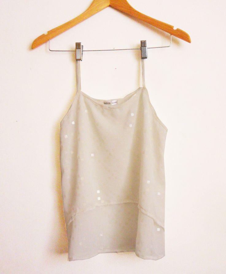Blusa en dos tiempos silueta amplia,  lentejuelas transparentes con un toque muy sutíl de brillo. Línea Glam de Andressa Lacroix. Próximamente podrás comprar on line esta prenda también desde nuestra página web.