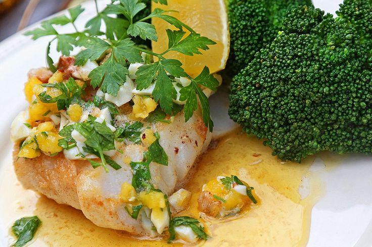 Kokt torsk med äggsås står som förebild, när vi kompletterar med persilja och en klick smör och får festmat en helt vanlig vardag.