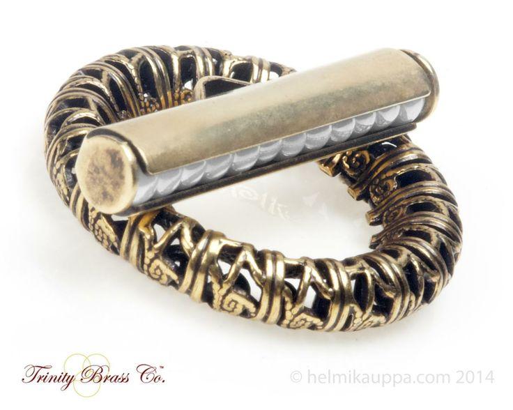 Upea & yksilöllinen palkolukko. Tämä Trinity Brassin palkolukko tuo upean yksityiskohdan koruun. Palko täytetään esimerkiksi 3 mm lasihelmillä tai 8/0 siemenhelmillä (Matsuno tai Miyuki).   http://www.helmikauppa.com/products_new.php