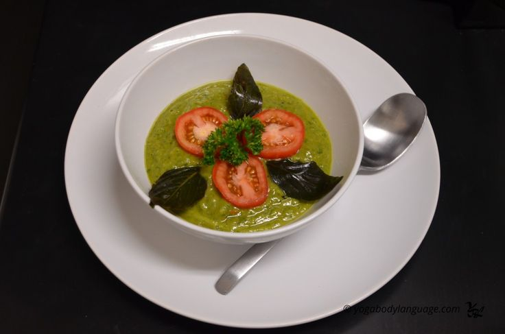 Сыроедческий постный томатный суп-пюре с базиликом и авокадо