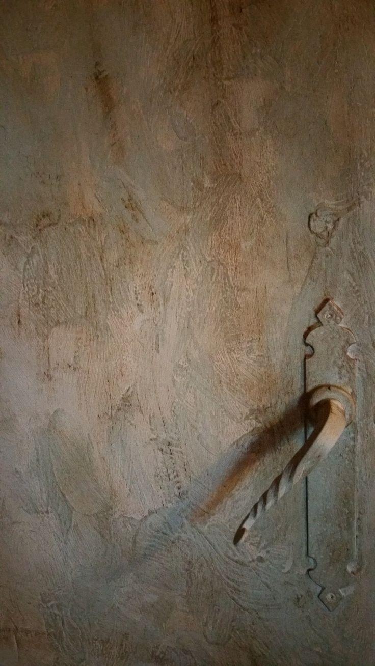 Trabajo realizado sobre un puerta sencilla con las pinturas decorativas de Annie Sloan. He aplicado con textura los colores Duck Egg Blue y Cream de Chalk Paint y terminado con Clear y Dark Wax, también de Annie Sloan.