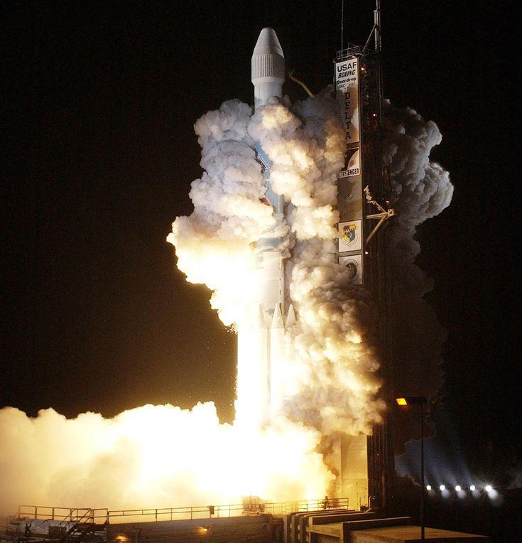 2004 - Un Delta II despega de cabo Cañaveral con la sonda Messenger a bordo con destino a Mercurio