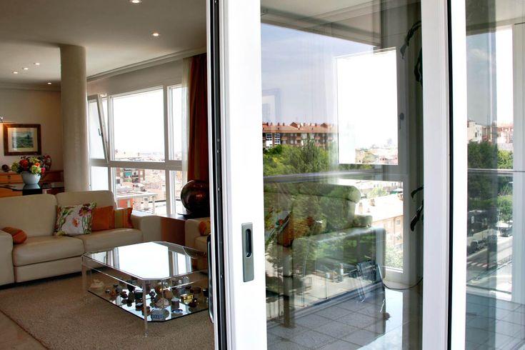 Diseño, fabricación e instalación de nuevas ventanas de madera y aluminio de la serie de ventana mixta Fénix de Carreté Ventanas en color blanco en Reus.