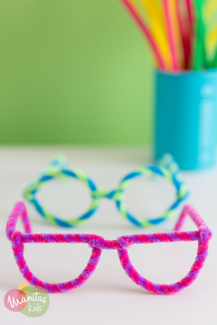 These pipe cleaner flowers are a fun and colorful flower craft for kids and a great kid made Mother's Day gift. Summer Camp Crafts, Camping Crafts, Easy Crafts For Kids, Craft Activities For Kids, Spring Crafts, Toddler Crafts, Creative Crafts, Preschool Crafts, Toddler Activities