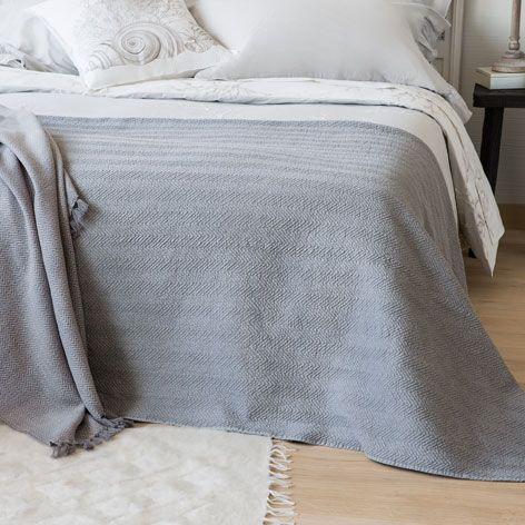 25 beste idee n over grijze sprei op pinterest beddesprei bedspreien en grof gebreid kleed - Grijze hoofdslaapkamer ...