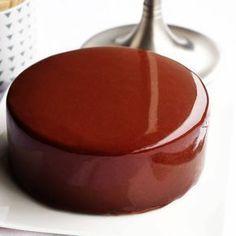 Recette du glaçage miroir au chocolat noir.