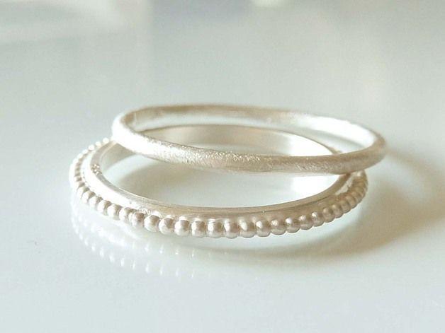 Zarter Ring aus 925er Sterlingsilber. Die Oberfläche der Ringschiene ist strukturiert und mattiert. Der Ring eignet sich auch sehr gut als Beisteckring. Sehr schön in Kombination mit anderen...