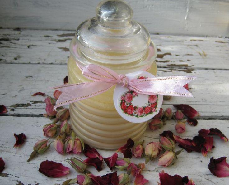 Deze rozen badolie is voor het grootste deel gemaakt van producten die je in je keukenkastje kunt vinden en werkt rustgevend en ontspannend.