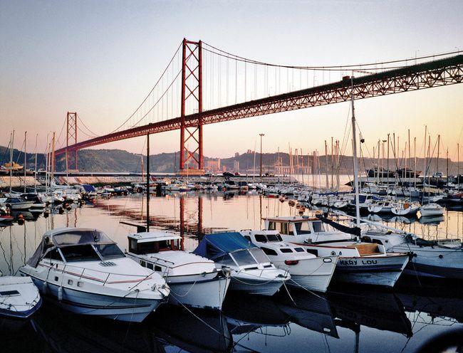 El Puente 25 de Abril, un puente revolucionario  Via Condé Nast Traveler España  El Puente 25 de Abril, déjà vu en toda regla de la ciudad californiana de San Francisco, en origen recibió el nombre de Ponte Salazar, en honor del dictador que mandó construirlo en 1966. La Revolución de los Claveles puso las cosas en su sitio.  #Portugal
