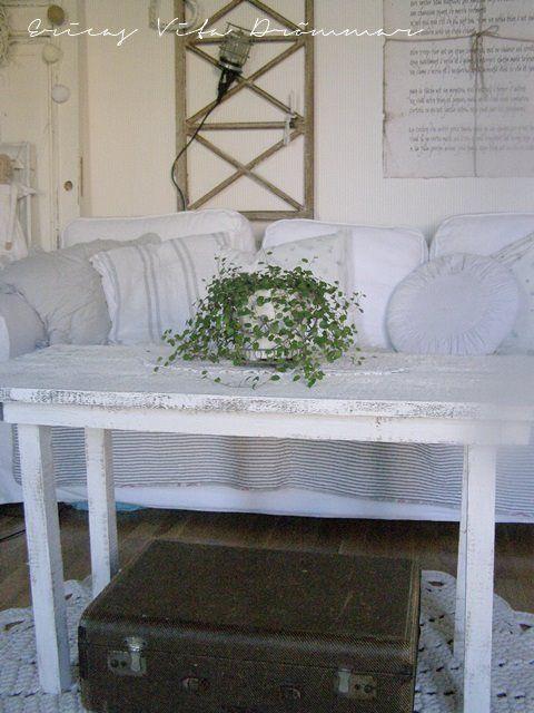 """Vardagsrumsbord utav gammla golvplankor. Målat med """" egen """" chalk paint. Olohuoneenpöytä vanhoista lattialankuista ja maalattu """"omalla"""" chalk paintilla jonka keitin kasaan"""