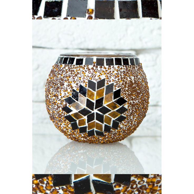 Świecznik mozaikowy jest w 100% wykonywany ręcznie. Świeczniki pasują do każdego wnętrza, w zależności od intencji właściciela, mogą stanowić stylowe uzupełnienie, kolorowy element kontrastu lub centralny element wystroju.
