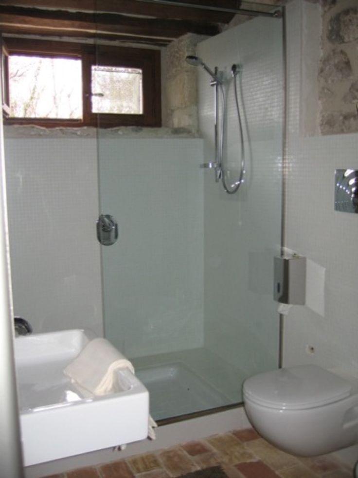 appartamento Picchio Rosso, ampia doccia e sanitari sospesi che garantiscono maggiormente l'igiene