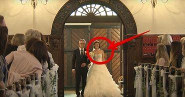 Bruden går mot altaret med sin pappa. När hon lyfter armen får hon alla gäster att häpna!