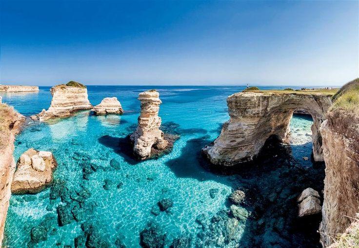 La Puglia, el secreto mejor guardado ·Península de Salento  Bañada por el mar Adriático al norte y el Jónico al sur, preserva una costa intacta. En la imagen, los farallones de la Torre de San't Andrea, en el municipio de Lecce.