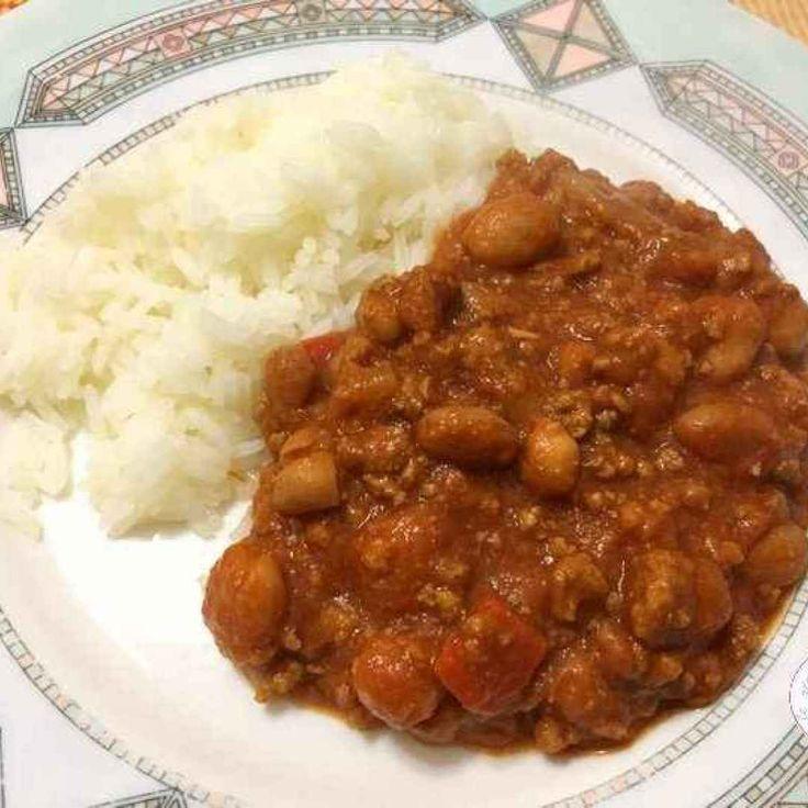 Oggi vi propongo un buonissimo piatto di chili con carne e riso Jasmine. Questa ricetta messicana è molto piccante ma deliziosa ed è preparata con fagioli, pomodori, peperoni, cipolle, carne macinata
