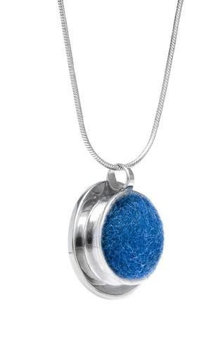 Ezüst medál kék nemezzel. Szilas Judit, ötvös. Egyedi ékszerkészítés. Mail.: szilasjudit@gmail.com , www.szilasjudit.hu
