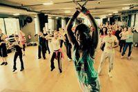 Hoje vim falar de mais uma dança, que para aquelas pessoas que não são adeptas à academia, e querem praticar exercício é uma excelente saída.  A zumba, que além de ser muito divertida, trabalha com nosso corpo todo!