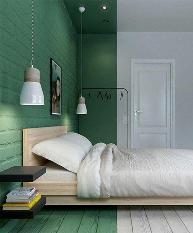 Pintura verde e branca divide o quarto.