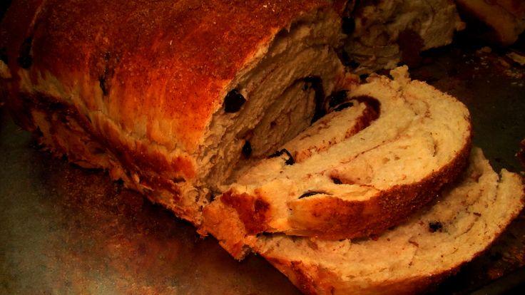 Leckeres Rosinen-Brot ohne schlechtes Gewissen! Unserer Version ist mit Vollkorndinkelmehl und vergleichsweise wenig Zucker und Fett zubereitet, da kann man sich davon gerne mal 1-2 Scheiben genehmigen. :)