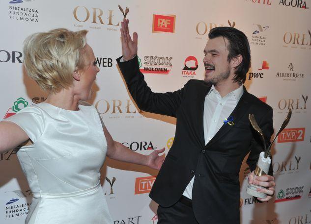 """Dawid Ogrodnik, nagrodzony za główną rolę w """"Chcę się żyć"""", na zdjęciu z Kingą Preis  (fot. Jan Bogacz/Tvp)"""