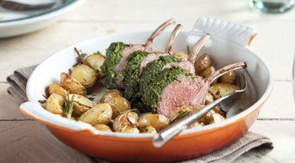 Lamsrack met kruidenkorst en rozemarijnaardappeltjes uit de oven