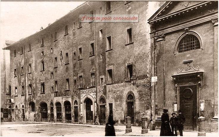 Piazza delle Cipolle, oggi Strozzi. immagine prima del 1890. A destra la scomparsa Chiesa Santa Maria degli Ughi.