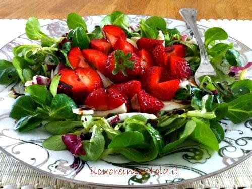 L'insalata di fragole, soncino e finocchi è un'insalata fresca e colorata per rallegrare la nostra tavola e il nostro palato....