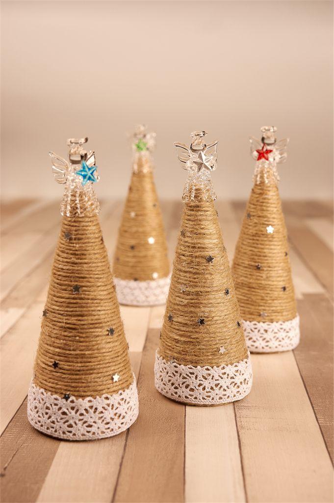 W tym roku królują szarości. Dostosowałam się i zrobiłam komplet czterech choineczek ze sznurka konopnego. Jednak Boże Narodzenie to feeria kiczu, dlatego na czubek każdej eleganckiej choineczki trafił... szklany aniołek trzymający kolorową gwiazdkę. Może przyniesie mi w końcu gwiazdkę z nieba... chciałabym.Jeśli spodobały Wam się choineczki i chcecie