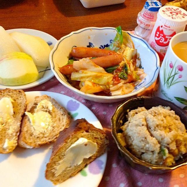 今日はスッキリしたお天気です。 勤務先の高校の体育祭。 沢山の感動をもらって元気になろう( ^ω^ )  しっこり食べて行くよ。 イチジクと胡桃パン おから キャベツとウィンナーソテー 梨と林檎 ホットカフェ・オ・レ - 26件のもぐもぐ - 9/9朝ごはん by mari miyabe