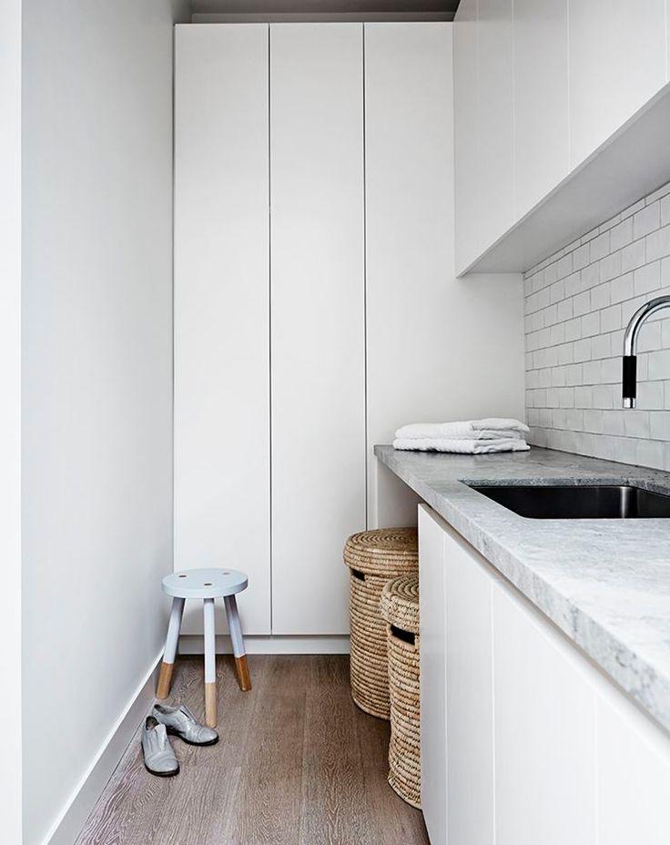 gra-badrum_inspiration_bathroom_carrara_vitt-kakel-halvforband_vit-fog_photo_sharyn-cairns_mim-design_badrumsdrommar_tvattstuga_forvaring