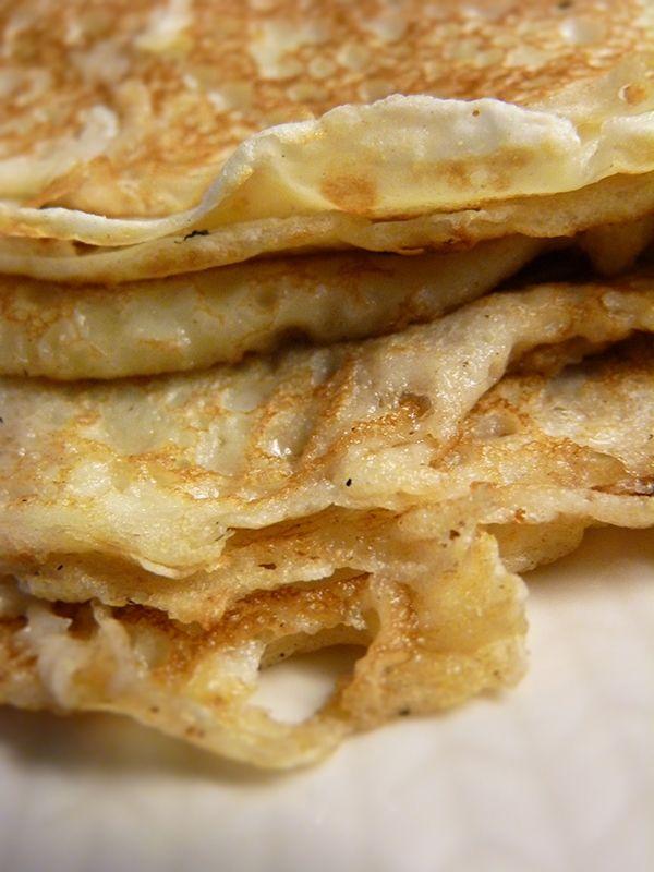Recept på pannkakor. Enkelt och gott. Pannkaka är en av de mest älskade rätterna i hela Sverige - vilket också gör den till en av de vanligaste. Rätten har uppkommit efter inspiration av de ryska blinierna och de franska crêpesen. Pannkakssmeten görs med ägg, vetemjöl och mjölk och gräddas sedan i stekpanna eller pannkakslagg. Det finns många varianter av denna mycket älskade rätt - ugnspannkaka/fläskpannkaka som är en ugnsbakad tjockare pannkaka med eller utan strimlat fläsk, plättar ...