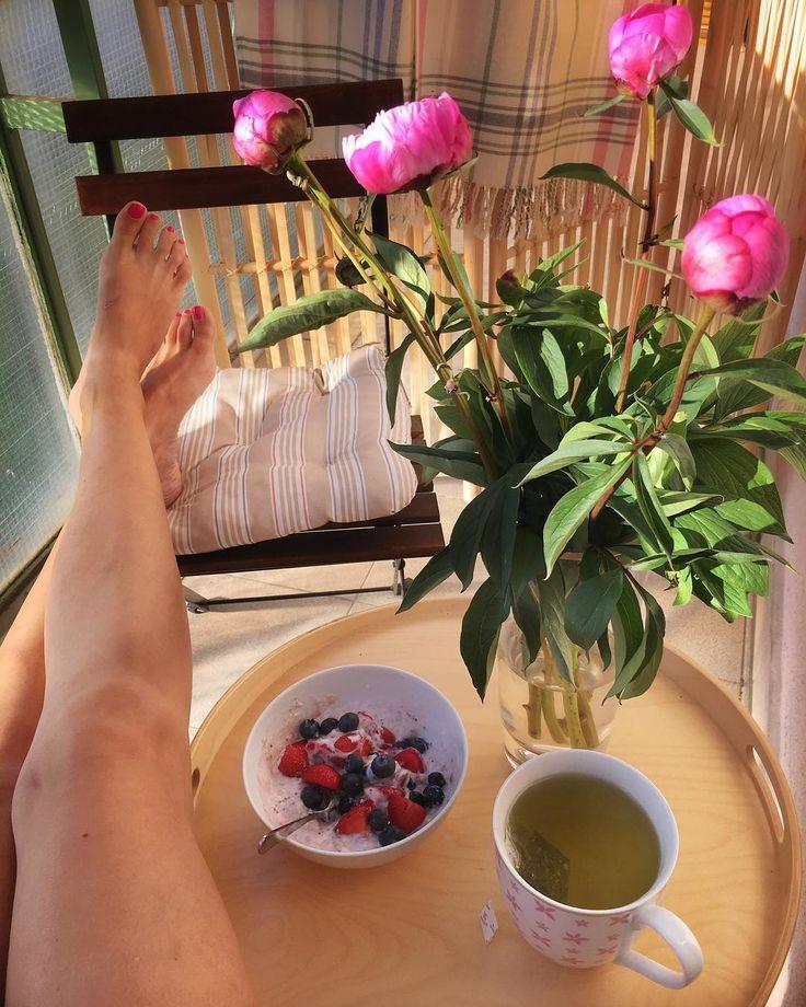 Enjoying the quiet Sunday morning �� #myplace #mytime #inspiration #design #hygge #hyggetime #interiordesign #homedecor #homedecorideas #breakfast #interiorstyling #balconylife #readingtime #coffeetime #jj_minimalism #click_dynamic #onthetable #relax #nespresso #nespressomoments #flowerslovers #flowerpower http://gelinshop.com/ipost/1524463754593521242/?code=BUn-7U1gU5a