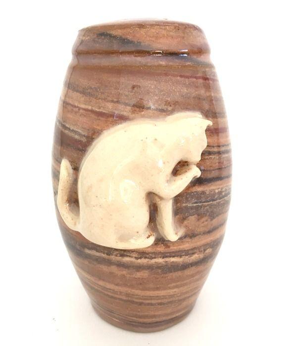 Prachtige urn voor kat met contrasterend reliëf van poetsende kat.