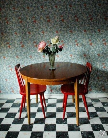 love everything about this, but the contrasting floor and wallpaper make my heart sing