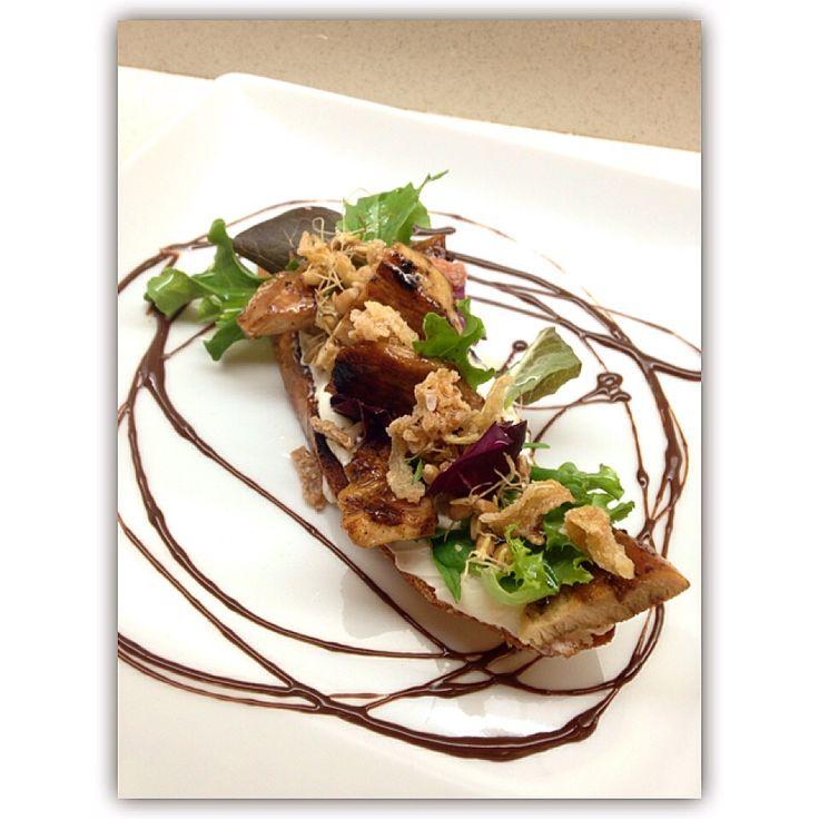 Pollo con chocolate, germen de cebada, y queso de cabra