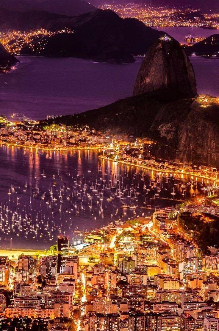 Enseada de Botafogo e o morro do Pão-de-Açúcar, à noite, no Rio de Janeiro, Brasil.